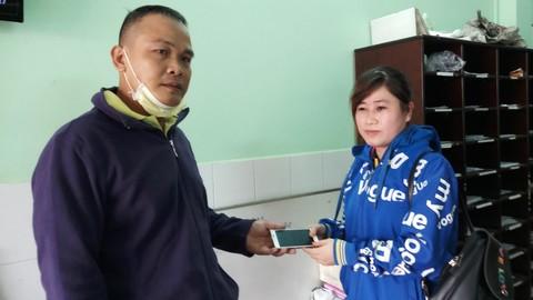 """""""Hiệp sĩ"""" Lê Ngọc Phúc trao trả chiếc điện thoại lại cho bị hại"""